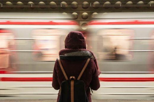 Ziji-ve-dvou-svetech-Jednim-z-nich-je-svet-knih-#3-Divka-ve-vlaku